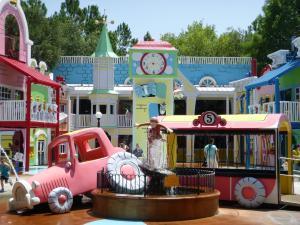 Universal Studios - Curious George - Wikimedia by Eliedion