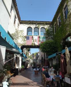 Santa Barbara Downtown - by Pierre André - Wikipedia